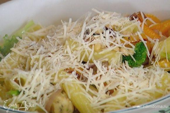 Посыпать салат натертым сыром.