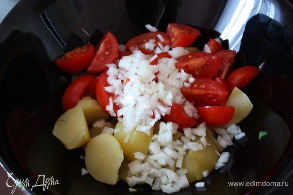 Нарезаем луковицу мелко-мелко и отправляем к картофелю и помидоркам.