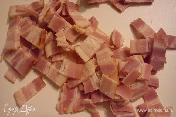 Бекон нарезать полосочками и обжарить на сухой сковороде. Выложить на тарелку.