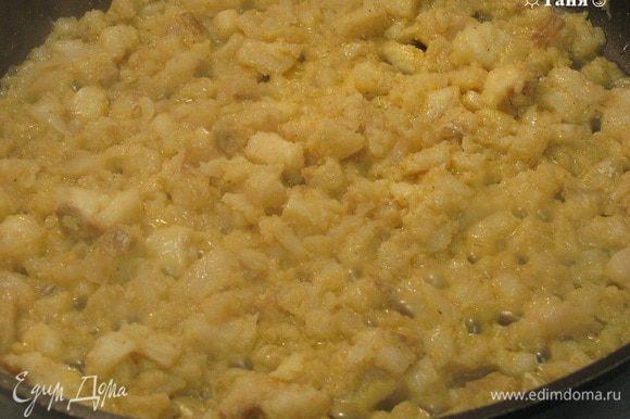 Рыбу порезали на маленькие кубики. Кипятим воду, солим и варим пасту. Пока паста варится чеснок раздавили и мелко порезали, на сковороде разогреваем оливковое масло, обжарили чеснок 30 секунд, не даём ему стать коричневым, добавили перец чили, обжарили, добавляем рыбу, поджарили около 10 -13 минут, до золотистого цвета. P.S. У меня этот порошок чили не острый, я очень острое не люблю.