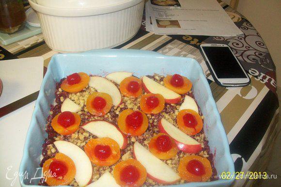 и вот таким образом украсила ими пирог,положив в каждую половинку вишни коктейльные и дольки яблока.
