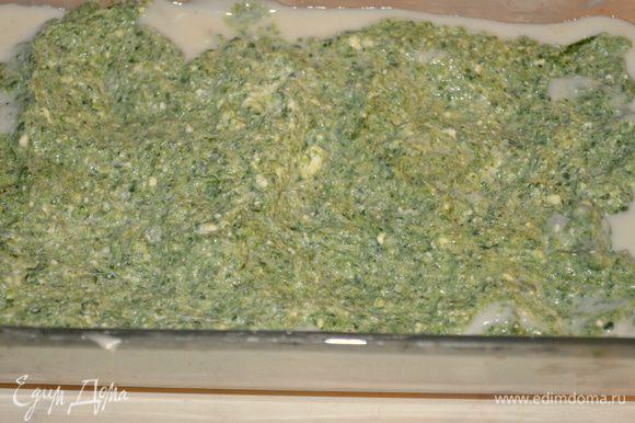 смазать соусом...и сверху выложить половину начинки из шпината и рикотты