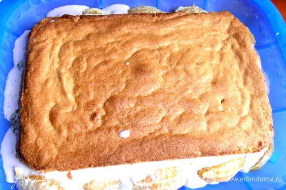 Теперь нужно утопить наш корж обрезанной стороной вниз, чтобы не видно было резких границ при разрезе тортика!
