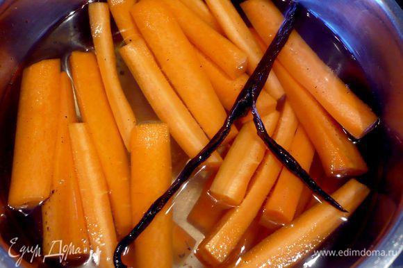 Бланшируем очищенную от кожуры и порезанную на брусочки морковь в воде с разрезанной вдоль палочкой ванили и медом в течение 10 минут.