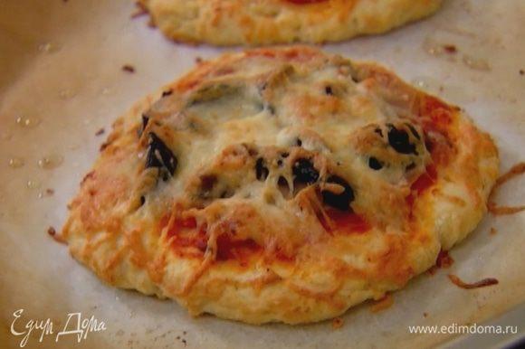 Выпекать пиццы в разогретой духовке 7 минут.