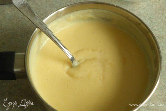 Крем: смешать яйца с маслом, сахаром и свежевыжатым апельсиновым и лимонным соком. При постоянном взбивании довести до кипения, снять с огня и остудить.