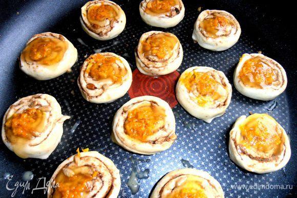 На мёд наклеиваем по щепотке свеженатёртой цедры для настроения и аромата!