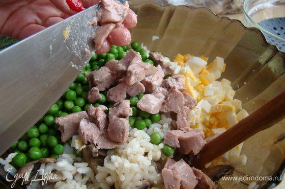 Крупными кусочками нарезать печень, порубить зелень, приправить салат солью и перцем и жидкостью из консервы (верхний жир можно слить). Приятного аппетита!