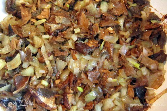 Добавить порезанные грибы и всё вместе протушить до готовности. Подсолить, по-желанию можно добавить грибную приправу.