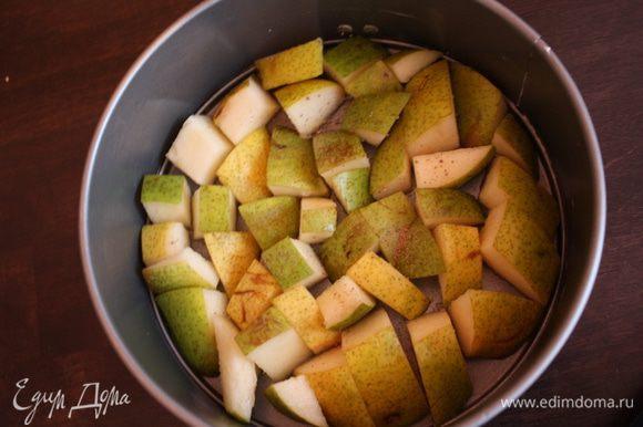 Разьемную форму смазываем сливочным маслом,выкладываем очищенные и порезанные на небольшие кусочки груши,посыпаем щепоткой мускатного ореха...