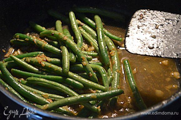 Добавим воду 1/3 стакана. Закроем крышкой тушим примерно 2 мин.,чтоб фасолька была хрустящей и готовой.Добавим соус и после говядину.Как блюдо полностью прогрелось подаем горячим по желанию с рисом.