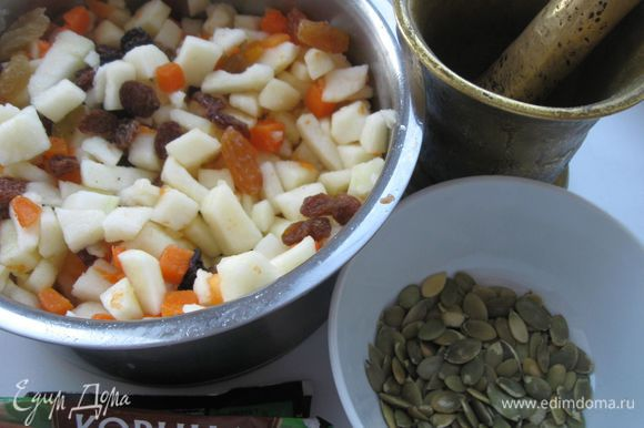 Яблоко нарезать кубиками, смешать с тыквой, добавить сахарный песок, семечки, толченые в ступке, изюм (если он жесткий - размочите в кипятке), сок лимона.