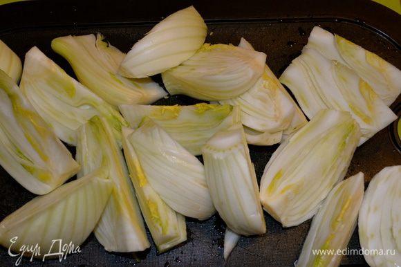 Тем временем фенхель помыть, срезать верхушку с листиками. И нарезать каждый овощ на восьмушки. (то есть разрезаем фенхель пополам, каждую половинку еще раз пополам, и каждую четвертушку еще раз пополам - готово!)