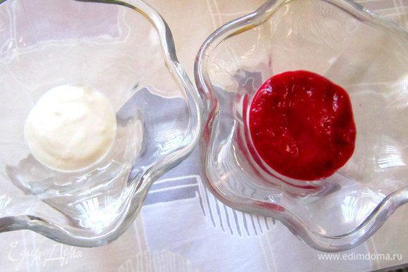 В высокие бокалы или креманки выложить попеременно слоями творожную и малиновую массы.