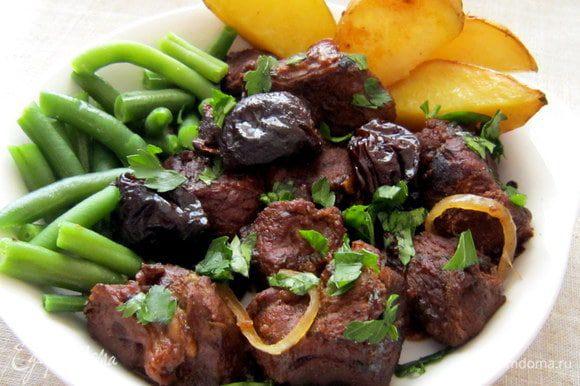 Подавать баранинку можно и с овощами, и с кускусом, и с картошечкой. Я же запекала ломтики картофеля с курдючным жиром, приправив картофель солью, карри и перцем. Ну очень вкусно получилось!