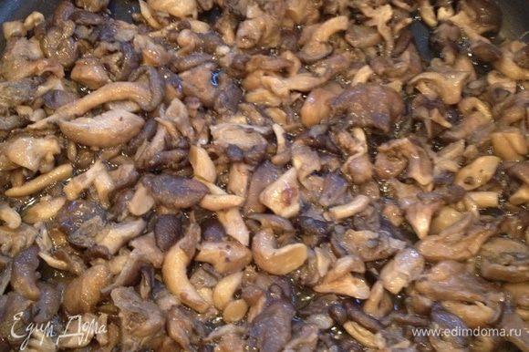 Перекладываем готовые грибы в посуду, в которой блюдо будет пропекаться.