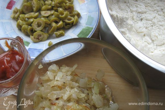 Обжарить лук, добавив 1 ½ ст. ложки оливкового масла. Оливки нарезать тонкими кружочками. Укроп порезать.