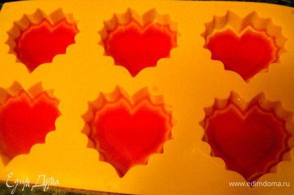 В формочки для маффинов в виде сердечек налить немного розового бульона и поставить в морозилку на 5-10 мин. для схватывания.