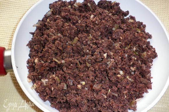 В качестве начинки можно использовать отварное мясо, пропустив его через мясорубку. Добавить обжаренную луковицу, приправить солью, перцем. А можно использовать и обжаренный фарш (у меня смесь мясного фарша и субпродуктов).