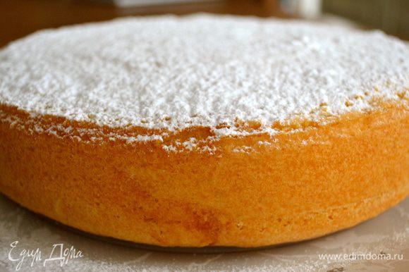 Окончательно остывший бисквит переложить на сервировочное блюдо и присыпать сверху (обильно!!!) сахарной пудрой.