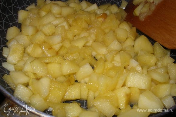 Начинка:яблоки нарезать небольшими кубиками,добавить сахар,сок лимона,сливочное масло и потушить на сковороде 10 минут.Увеличить огонь, чтобы почти вся жидкость выпарилась.Снять с огня и дать остыть начинки.По желанию можно добавить корицу.