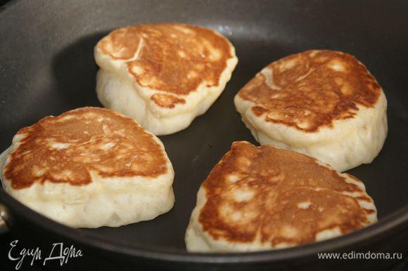 Обжарить оладьи с двух сторон до золотистости Подавать с вареньем, сметаной, медом.