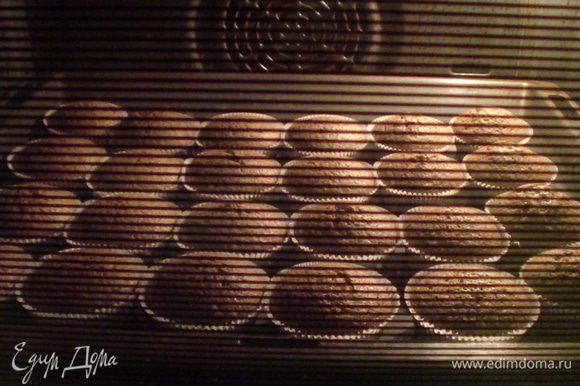 Разлить тесто по формочкам (я использовала одноразовые бумажные) и выпекать первые 10 минут на 200 градусах, затем ещё 15 минут на 180.