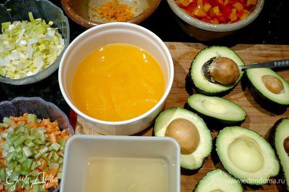 Готовим наши овощи. Режем на мелкие кубики сладкий перец, мелко режем лук-порей. Морковь чистим и режем также на мелкие кубики. Режем мелко сельдерей. С одного апельсина снимаем цедру и сохраняем ее. Из апельсина выжимаем сок. Другой апельсин филетируем, щедро срезав кожу и прорезая мякоть между пленками, при этом сок собираем в емкость. Мякоть апельсина выкладываем в отдельную емкость. Авокадо разрезаем пополам, открываем, слегка покручивая обе половинки в разные стороны, чтобы косточка оказалась в одной из половинок и мякоть не повредилась.