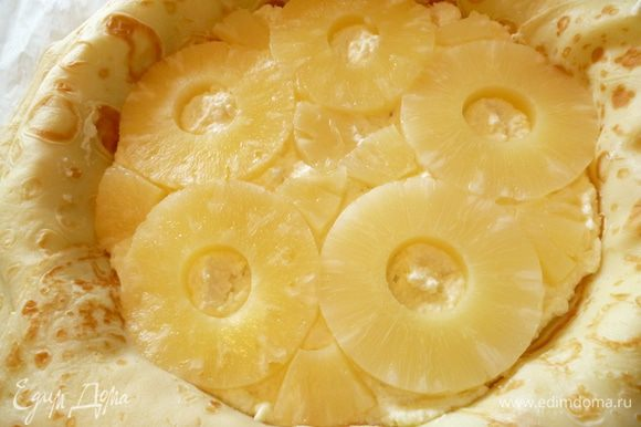 На начинку выкладываем колечки ананаса