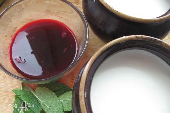 Разлить по глиняным горшочкам (не пользуйтесь для этого металлической посудой), накрыть крышками, укутать полотенцем или одеялом. Выдержите 6 часов. Из вишни выжать сок. Смешать с катыком.