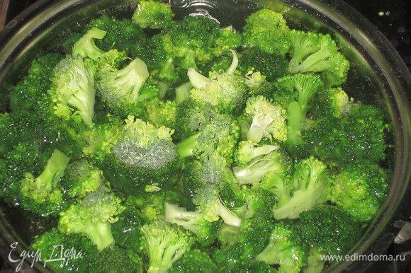 Брокколи разделить на соцветия и бланшировать в кипящей подсоленой воде 15 минут.