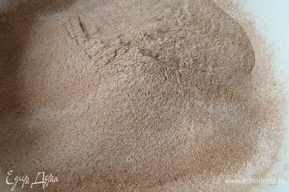 Просеять муку, сахарную пудру, какао и разрыхлитель два раза.