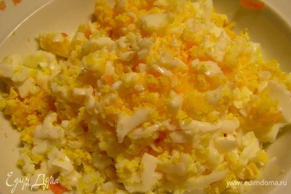 Яйца трем на терке.