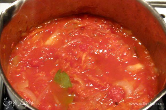 Добавить помидоры. Слегка протушить без крышки. Добавить соль, сахар, лавровый лист, перец горошком, укроп, базилик и немного воды, чтобы получился соус.