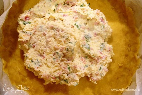 Духовку разогреть до 200 градусов. Достать тесто из холодильника. Отделить 1/3 теста, отложить, остольное тесто раскать в тонкий пласт выложить в круглую форму (лучше со сменным дном), сделать бортики.