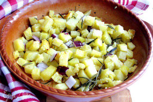 Когда картофель испечется, выньте форму из духовки и сразу же добавьте в нее лук. Перемешайте и дайте постоять несколько минут.