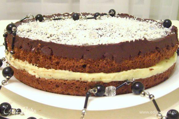 Слегка охладить торт, посыпать сверху кокосовой стружкой.