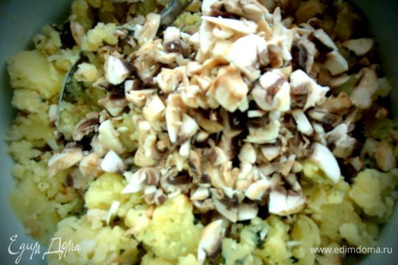 Перемешать и дальше жарить с картофельно-грибной начинкой!