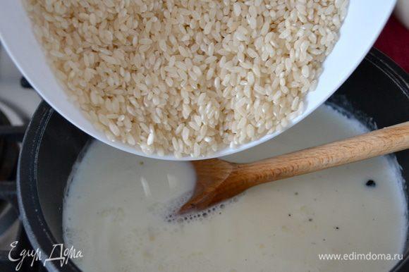 Вытащить из молока ванильный стрючок и всыпать рис. Дождаться когда сварится рис и все молоко впитается в него. Дать рису остыть.