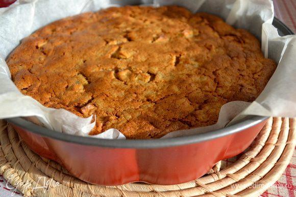 Готовность пирога проверить деревянной шпажкой. Достать пирог из духовки и дать остыть. При желании перед подаче можно посыпать немного сахарной пудрой... Он получается очень мягкий и нежный.