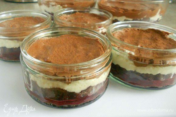 Хорошо разгладить поверхность и убрать десерт в холодильник на ночь. Перед подачей посыпать какао-порошком через мелкое ситечко.