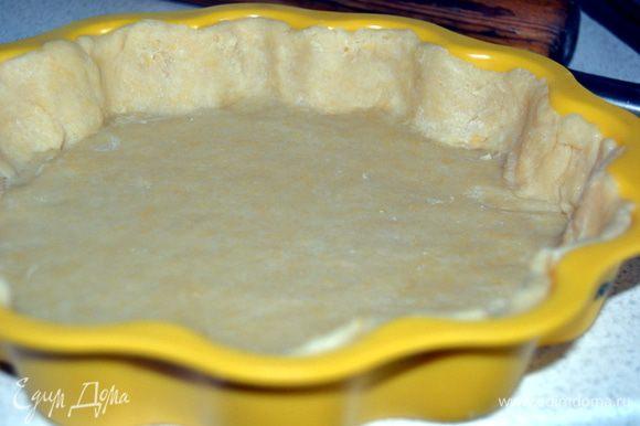 Охлажденное тесто раскатать на присыпанном мукой столе толщиной 4-5 мм. Форму смазать маслом и уложить тесто, сделав бортики.