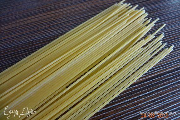 Спагетти отварить в подсоленой воде, слить отвар, сбрызнуть оливковым маслом.