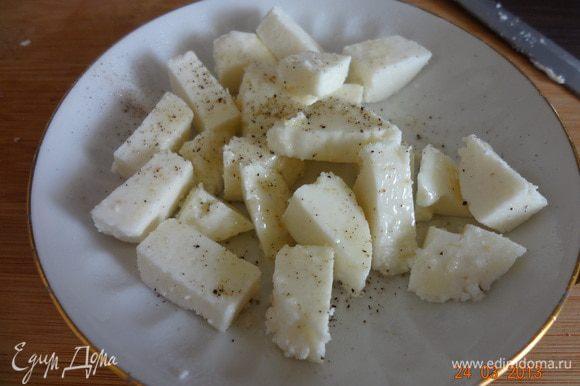 Сыр нарезать небольшими кусочками посолить (если фета, то не нужно), поперчить, сбызнуть оливковым маслом, выложить в форму, смазанную маслом и поставить под гриль на 3-4 минуты. Я подрумянила сыр на сухой сковороде.