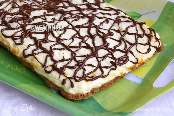 Готовый пирог остужаем и только после этого переворачиваем на блюдо, чтобы творожный слой оказался сверху. Украшаем растопленным шоколадом.