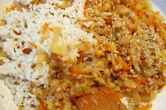 К капустной массе добавить обжаренные орешки, кунжутные семечки, отваренный рис, перемешать. Приправить перцем.