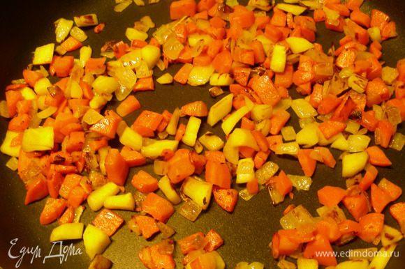 Лук, морковь корень петрушки режем мелкими кубиками и обжариваем на растительном масле до мягкости.