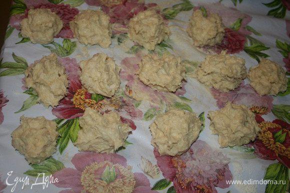 Затем разделить тесто на 12-14 равных шариков и оставить их на поверхности,слегка присыпанной мукой,так они не будут липнуть