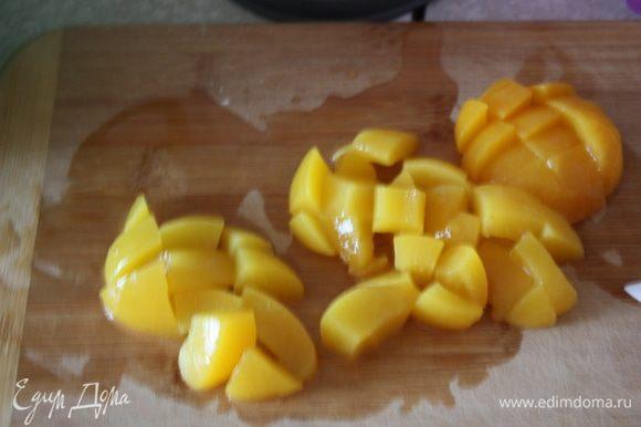 Нарежьте персики небольшими кусочками.