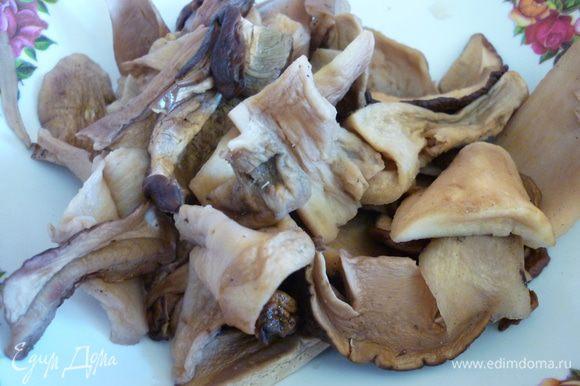 Сухие грибы залейте крутым кипятком. Дайте им постоять 1 час, затем процедите, промойте и отожмите (настой, который получился, можно профильтровать и использовать позже).